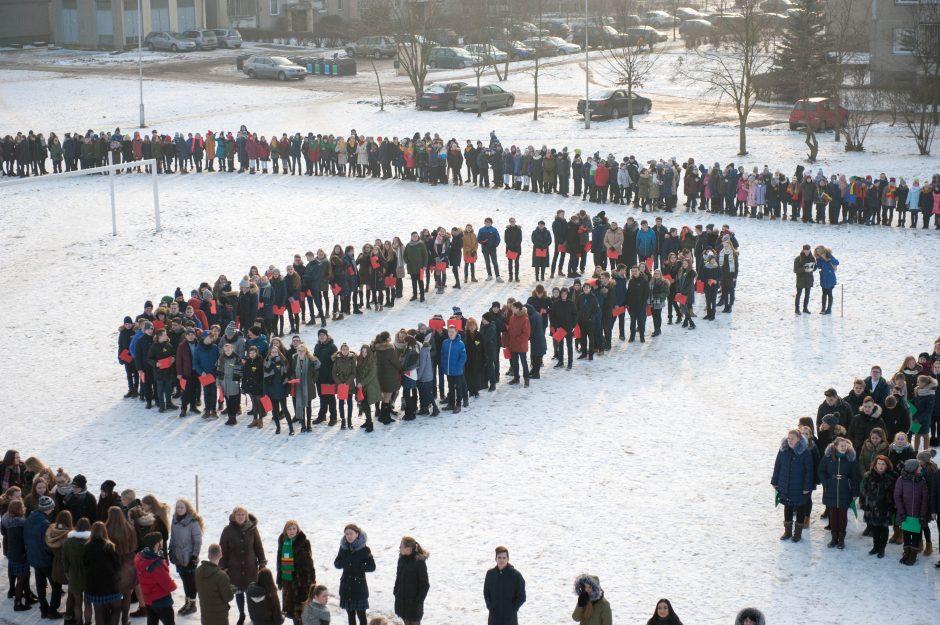 Tūkstančio gimnazistų sveikinimai Lietuvai geriausiai matėsi iš aukštai