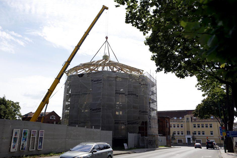 Ant dujų fabriko nusileido 15 tonų sveriantis stogas