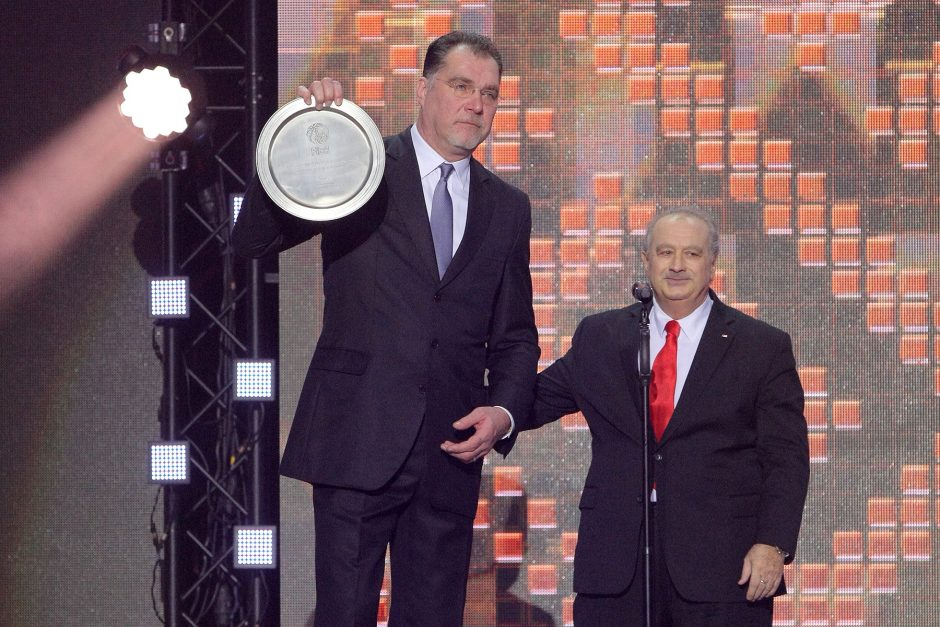 Per Lietuvos krepšinio gimtadienį geriausiu treneriu išrinktas J.Kazlauskas uždainavo