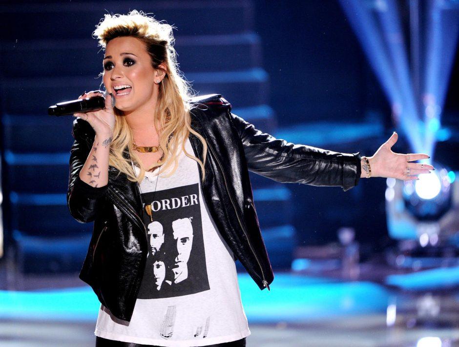 """D. Lovato daina """"Heart By Heart"""" tituluojama geriausia šios vasaros meilės balade"""