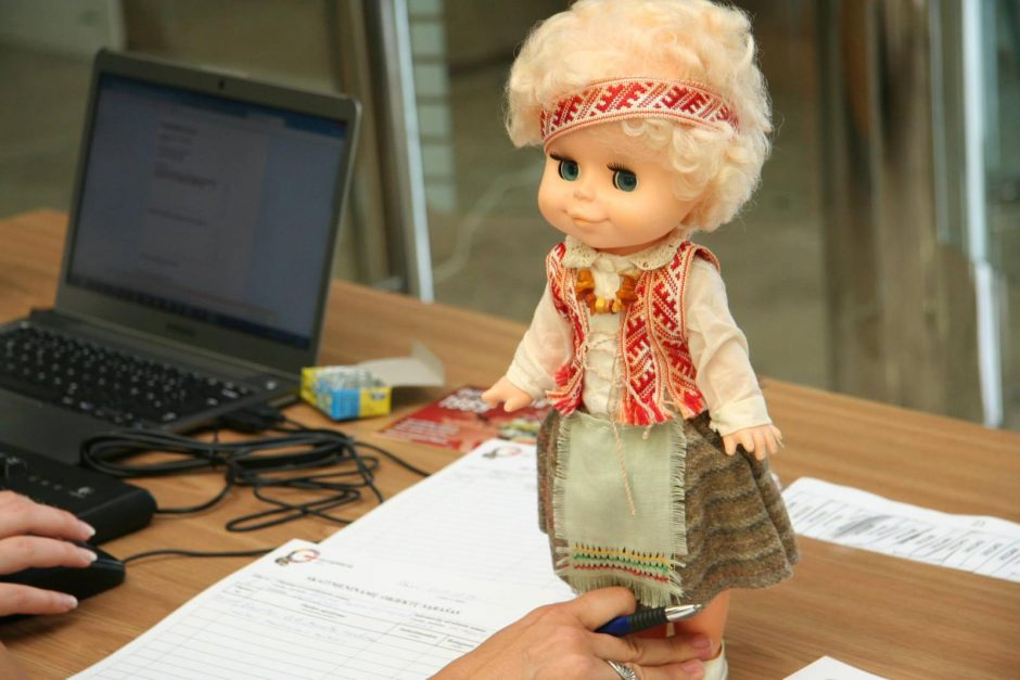 Tarp Baltijos kelią primenančių daiktų - nuotraukos, tuometinė žurnalistų įranga, lėlė