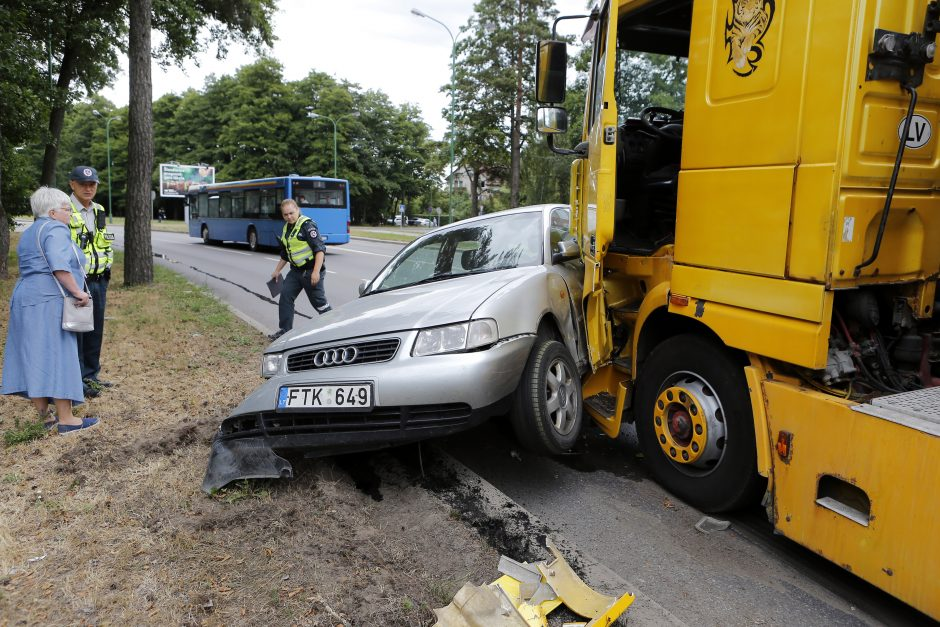 Avarija Klaipėdoje: vilkikas lengvąjį automobilį vilko 15 metrų