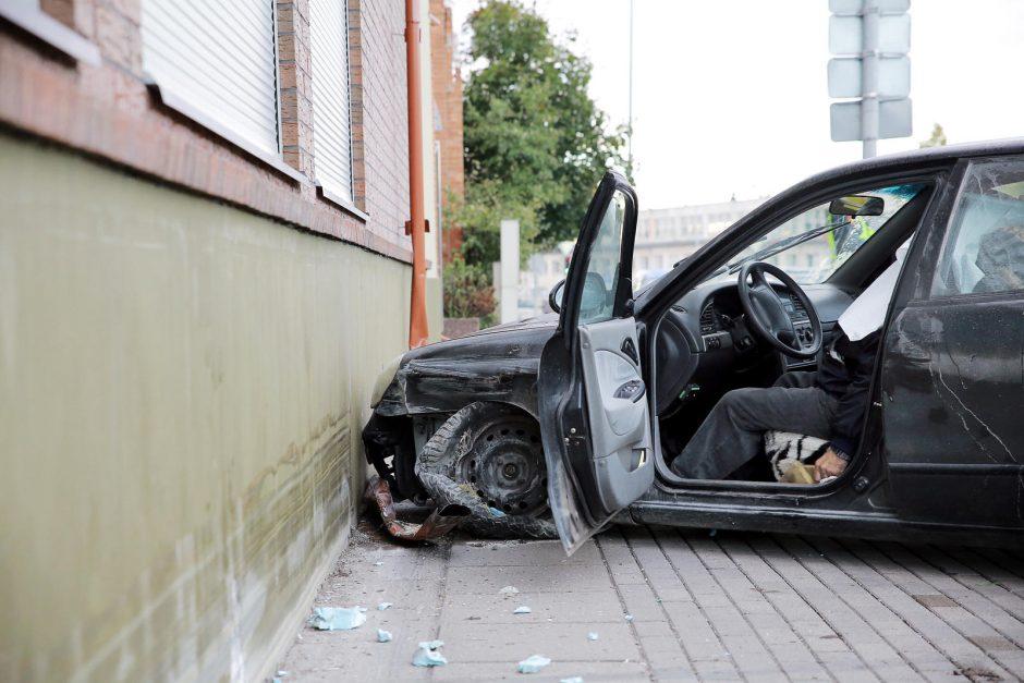 Klaipėdoje Naujojoje Uosto g. automobilis rėžėsi į sieną, vairuotojas žuvo