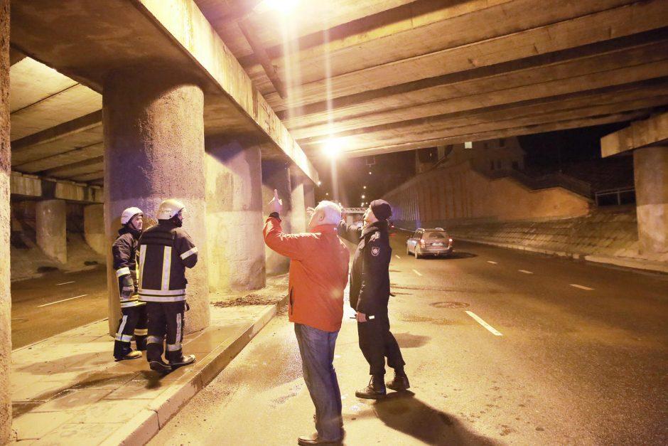 Nuo viaduko nukritusi konstrukcija Klaipėdoje sutraiškė du automobilius
