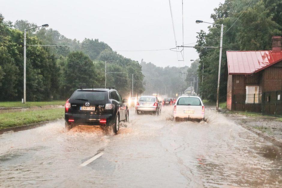 Kauną pradėjęs merkti lietus užtvindė gatves