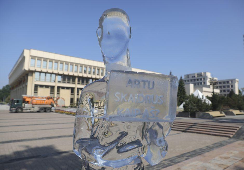 """Ledo skulptūra turi klausimą Seimui – """"Ar tu skaidrus""""?"""