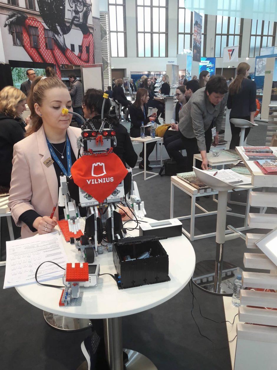 Vaikų sukonstruotas robotas pristato sostinę užsieniečiams
