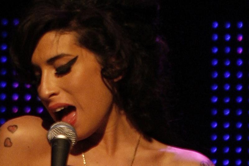 A.Winehouse šeima palaidojo atlikėjos pelenus
