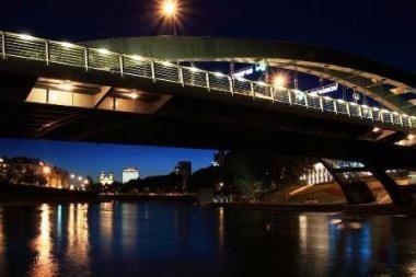 Pusnuogis jaunuolis grasino nušokti nuo tilto