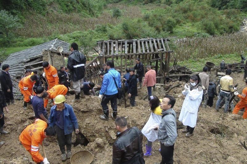 Kinijoje žemės nuošliauža palaidojo 18 moksleivių