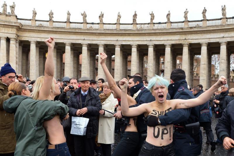 Iki pusės nuogos feministės Vatikane surengė akciją už gėjų teises