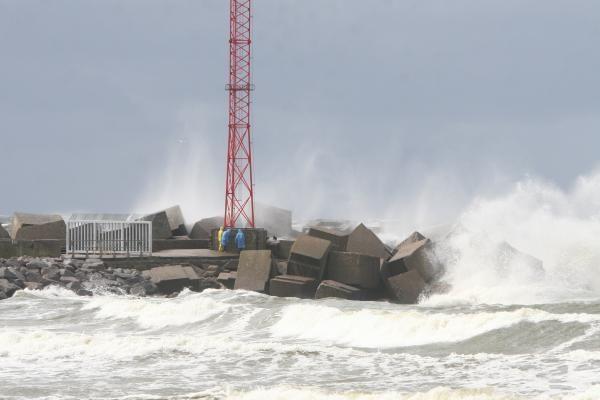 Gamtos šėlsmas pajūryje: viesulas, rekordinės bangos ir kruša