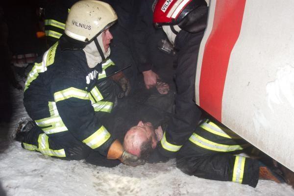 Naktį Vilniuje iš degančio buto išgelbėti trys žmonės