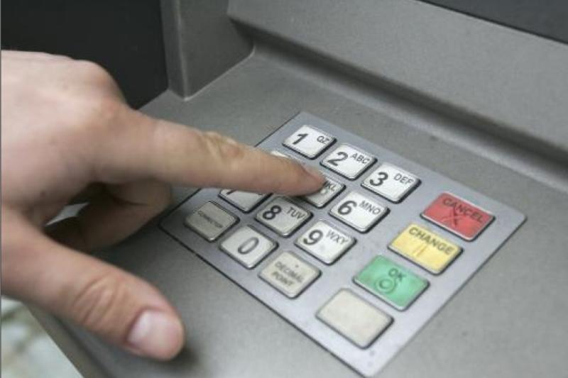 Užpuolikas jauną klaipėdietį privertė paimti pinigų iš bankomato
