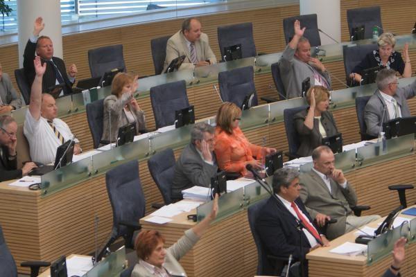 Dėl Seimo posėdžių nelankymo parlamentarams gali grėsti apkalta