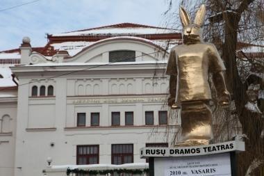 Šalia teatro išdygo trijų metrų aukščio Zuikis Pleibojus
