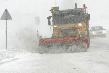 Sniegas paralyžiavo kelią į Klaipėdą