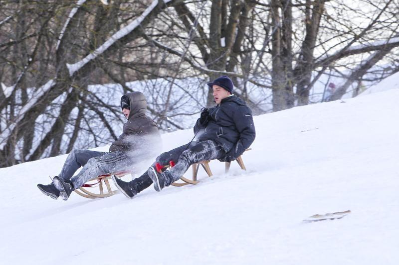 Žmonės pramogauja lauke nepaisydami šalčio