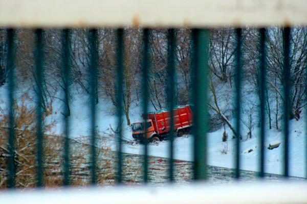 Vilniuje ant Neries šlaito apvirto šiukšliavežis