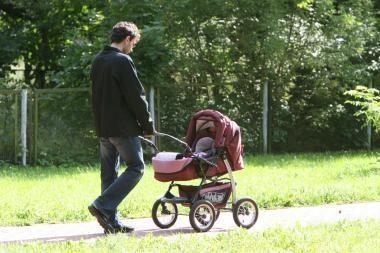 KT aiškinsis, ar autoriaus atlyginimą gavęs tėvas teisėtai negauna tėvystės pašalpos