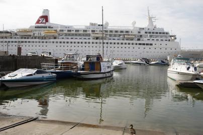 Vagys laužiasi į laivelius