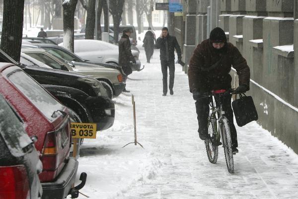Eismo sąlygos: sniegas neatsitraukia