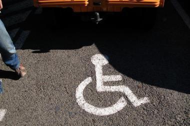 Į neįgaliesiems skirtas vietas vairuotojams nusispjaut