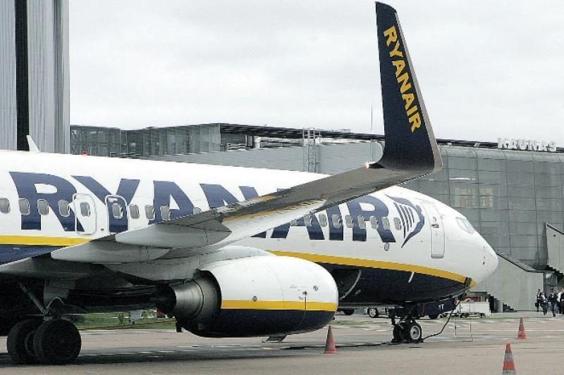 """Vėluojančio """"Ryanair"""" skrydžio keleiviai Vilniuje nesulaukia pagalbos"""