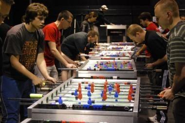 Tikro futbolo pergalių troškulį malšina aistra stalo futbolui