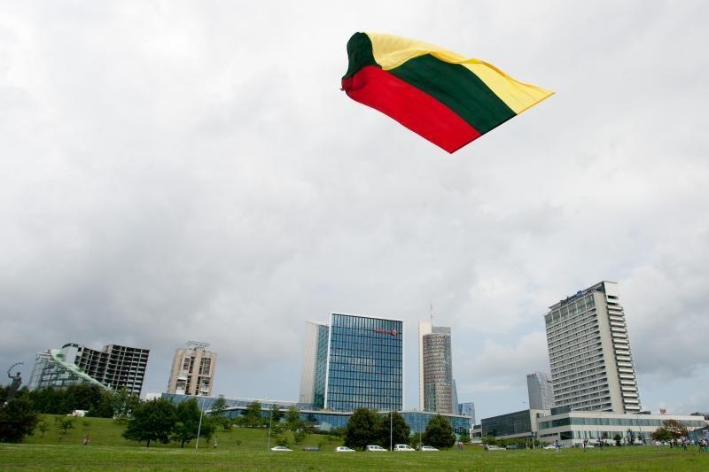 Aitvarai virš Vilniaus iškėlė milžinišką trispalvę