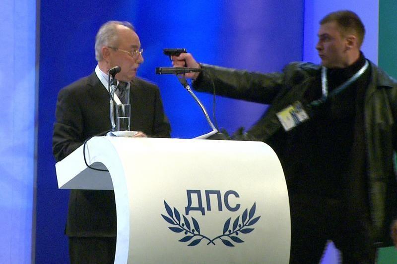 Per partijos suvažiavimą užpuolikas į politiką nukreipė pistoletą