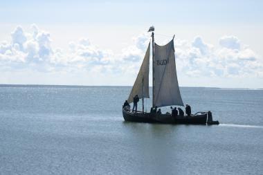 Jūrų muziejaus kurėnas kelia bures