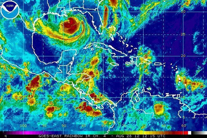 """Uraganą """"Isaac"""" lydinčios audros sausumos nepasieks"""