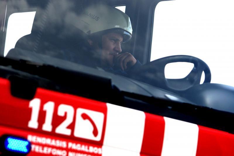 Širvintų rajone žmonės nuo gaisro gelbėjosi šokdami pro langą