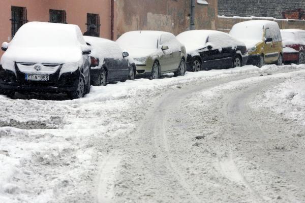 Vilniuje sninga, eismo sąlygos žiemiškos