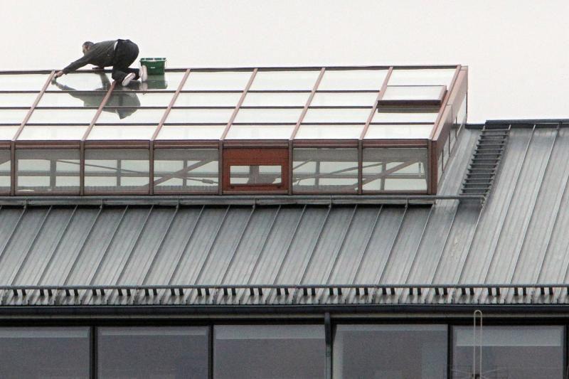 Ekstremalas: langų valytojas Vilniuje dirba be apsaugos priemonių