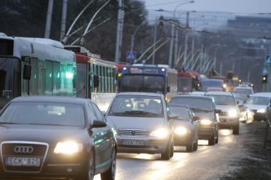 Kaip sutalpinti 5 spūstyje įstrigusius vairuotojus į vieną automobilį?