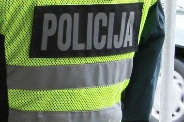 Girtas vairuotojas lėkė į jį stabdančius policijos pareigūnus