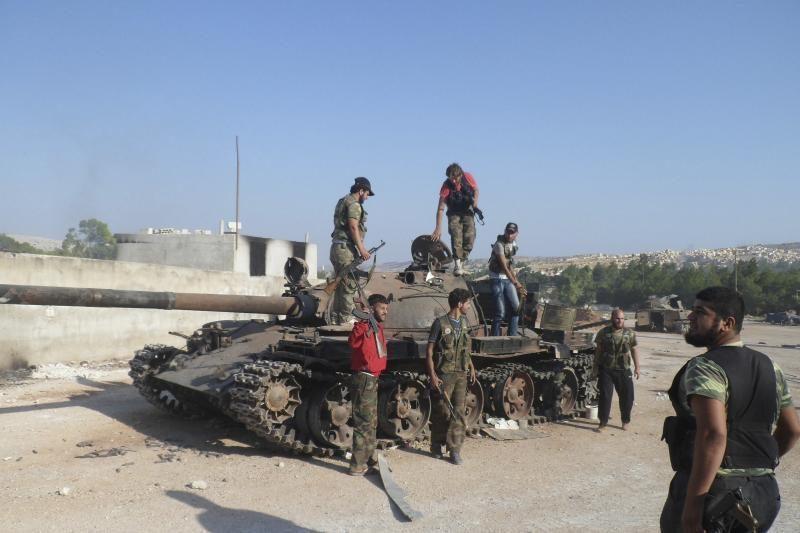 Sirijoje sukilėliams užimant vieną miestą žuvo 40 karių
