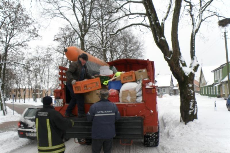 Šilutės ugniagesiai gabeno vaistus, maisto produktus į apsemtą sodybą