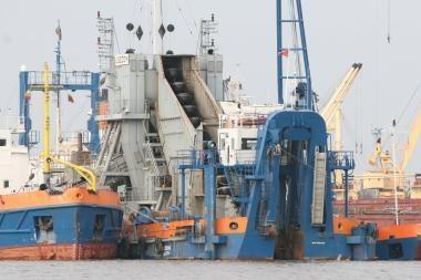 Uosto dugną valiusi žemsiurbė pakenkė žvejams (papildyta)