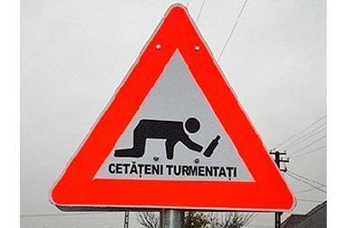 Rumunijoje - kelio ženklas, įspėjantis apie neblaivius pėsčiuosius