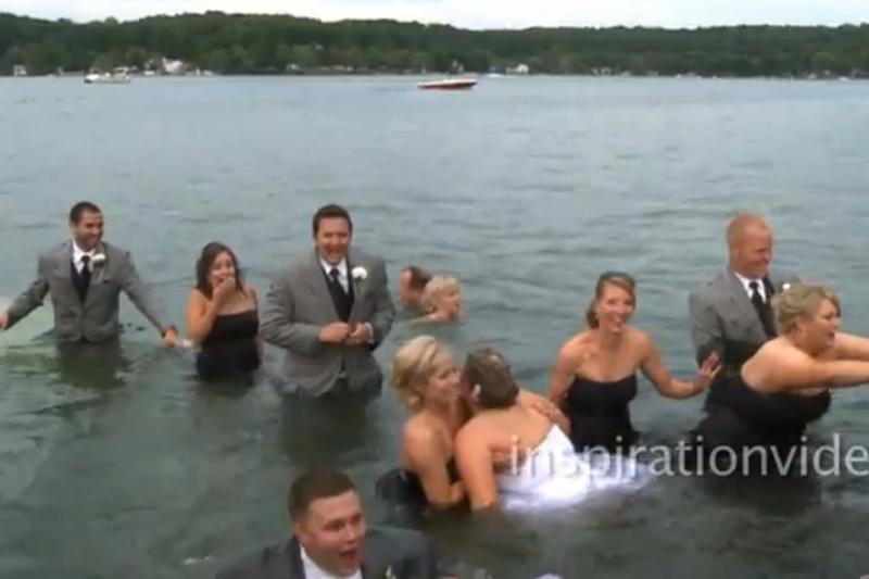 Išsipuošusi vestuvinė svita atsidūrė vandenyje
