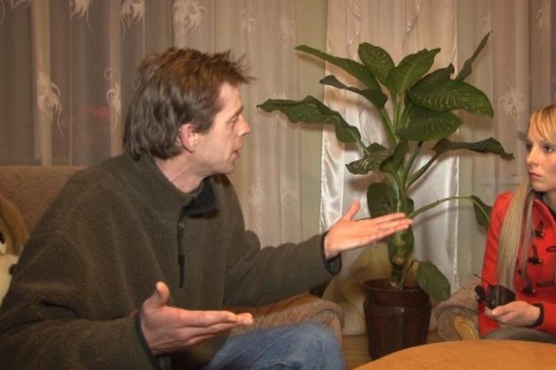 Žurnalistai bandė įtikinti vyrą, kad  alkoholyje problemos neskęsta