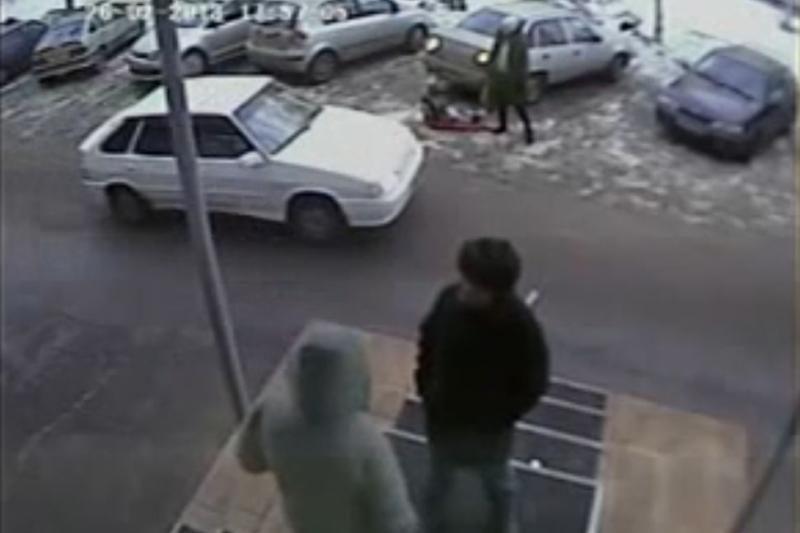 Abejingumo viršūnė: mama paliko rogutes su vaiku po automobilio ratais