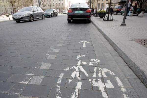 Policija ragina vairuotojus nesikėsinti į dviračių takus