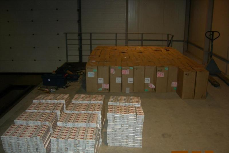 Už atitvarų muitininkai aptiko 162 dėžes kontrabandinių rūkalų