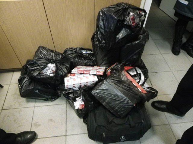 Traukinyje Minskas-Vilnius gabenti rūkalai slėpti kojinėse ir maišuose
