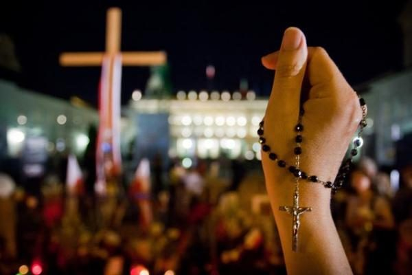 Lenkijoje pašalintas prie prezidentūros stovėjęs prieštaringai vertinamas kryžius