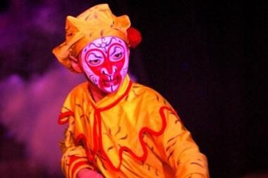 Apsivertė Kinijos cirko artistų autobusas
